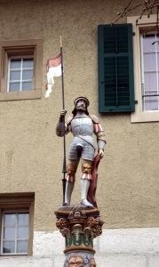 Kurzzeitig war mir mal das Aussehen der Kantonsflagge entfallen, aber es gibt ja so Flaggenhalterbrunnenfiguren.