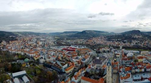 Überblick über Jena und einen Teil des Saaletals.